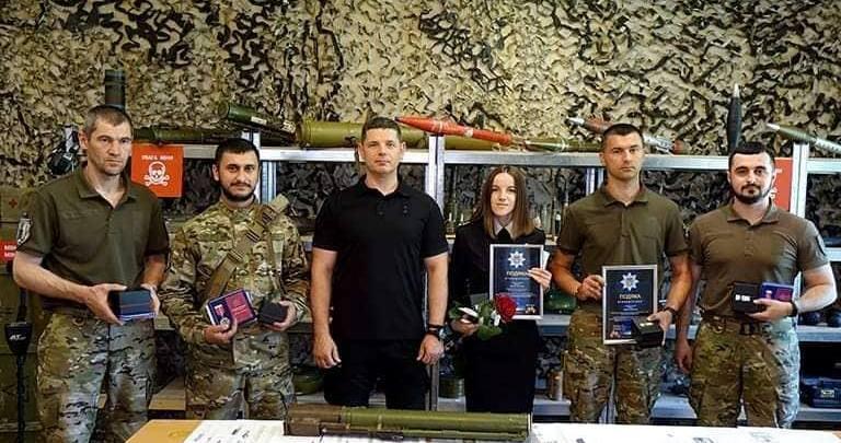"""Прикарпатських вибухотехніків нагородили нагрудними знаками """"За відвагу та мужність"""""""